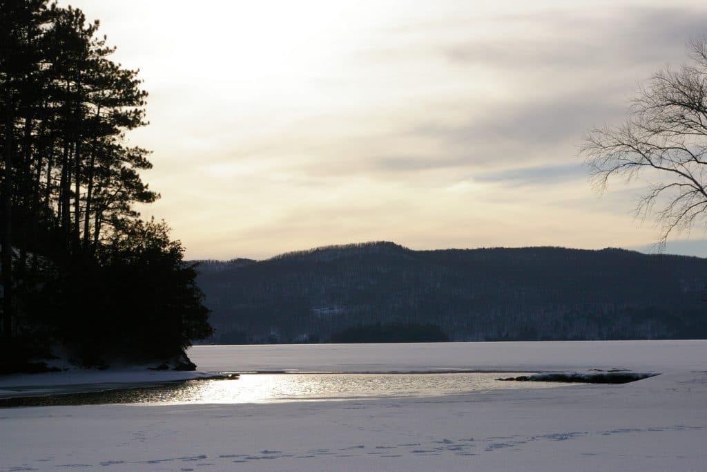 photo de couché de soleil au quebec avec un lac gelé