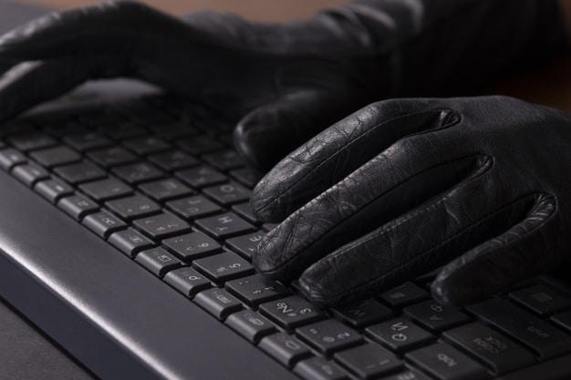 Cybercriminel Mains Dans Gants Clavier Ordinateur Portable Freepik